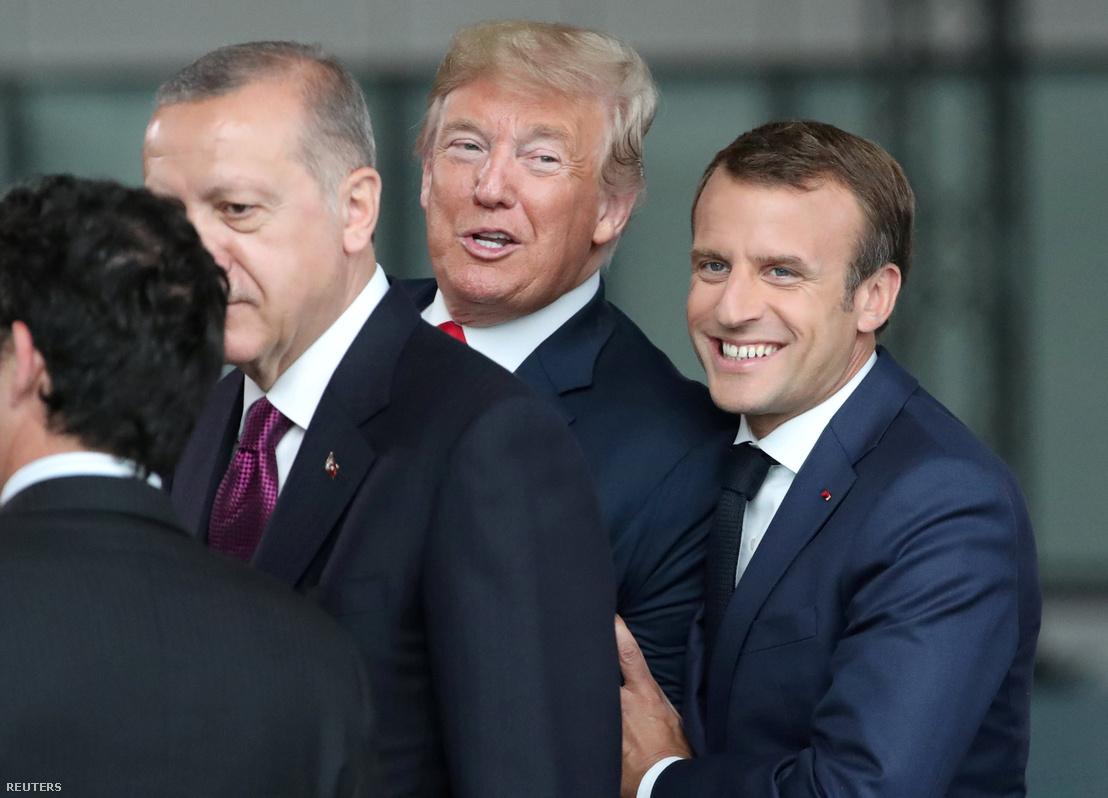 Jobbról balra: Emmanuel Macron, Donald Trump és a török elnök a NATO brüsszeli csúcsértekezletén, július 11-én