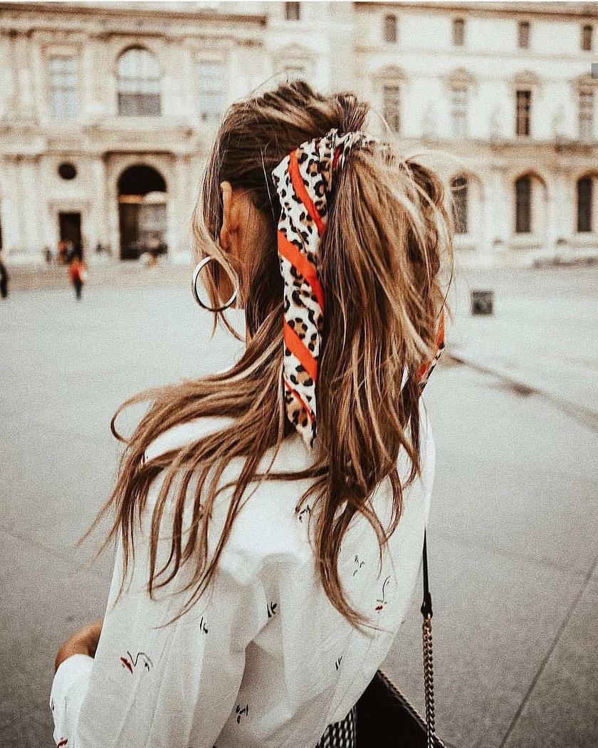 Bármilyen egyszerű copf feldobható kendővel. Kösd meg lazán, kócosan egy hajgumival, majd kösd rá, és máris kész a gyönyörű nyári frizura.