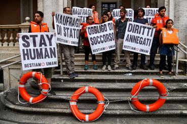 A hajó kikötéséért tüntettek emberi jogi aktivisták a közlekedési minisztérium lépcsőin június 11-én.