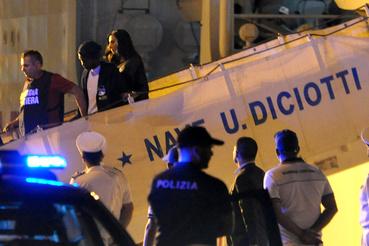 A hajóról elsőként egy Szudánból és egy Ghánából származó férfi szállt le.