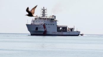 Az olasz államfő engedélyezte a bevándorlókkal teli hajó kikötését