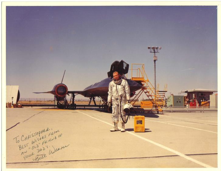 Bill Weaver pózol egy Blackbird előtt