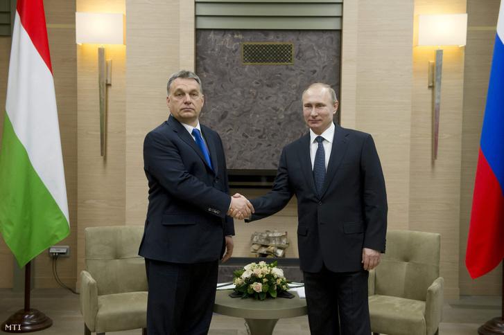 Vlagyimir Putyin orosz államfő (j) fogadja a hivatalos moszkvai látogatáson tartózkodó Orbán Viktor magyar miniszterelnököt a Moszkva környéki, novo-ogarjovói rezidenciáján 2016. február 17-én.