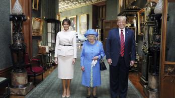 II. Erzsébet királynő hátulról megkerülte Trumpot