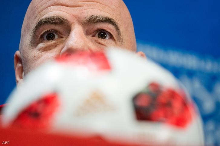Gianni Infantino a pénteki sajtókonferencián, a Luzsnyiki stadionban, Moszkvában