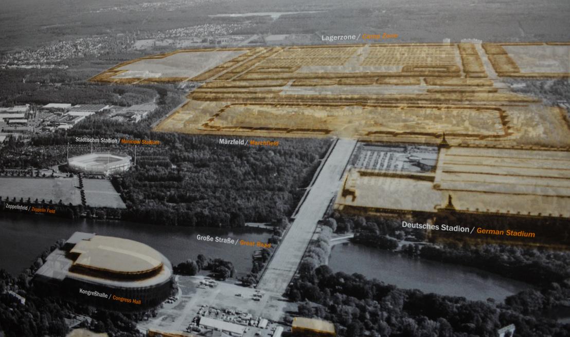 A Birodalmi Pártnapok Területe fentről, a nácik idejéből. Balra lent látni, milyen szerették volna a Kongresszust, amögött a Zeppelin-mező hátsó fele, amögött pedig a Hitlerjugend Stadion. A soha el nem készülő, de még csak érdemben el sem kezdett dolgok jobboldalt vannak. Egyrészt a Német Stadion, amit a világ legnagyobbjának terveztek, de ma csak egy tó mutatja a helyét, amögött pedig a Mars-mező. Ezt a Werhmacht kapta volna, hogy bemutatókat tartson, míg az amögötti erdőben  különféle párt- és állami szervezetek saját sátortáborai álltak volna. Errefele van ma a Messe, azaz a kiállítás épületei