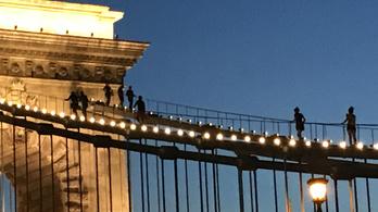 Kedvelt turistacélponttá vált hirtelen a Lánchíd teteje