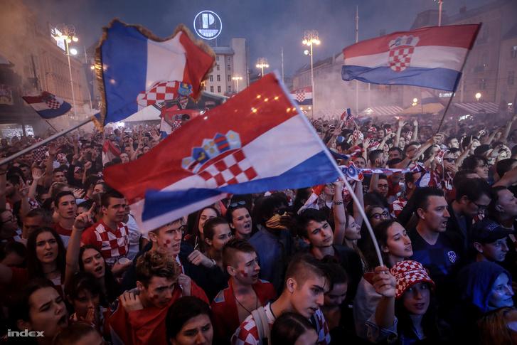 A döntőbe jutást ünneplő tömeg Zágrábban