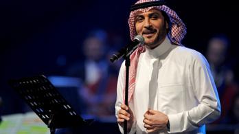 Egy szaúdi nő megölelt egy férfi énekest a színpadon –  letartóztatták