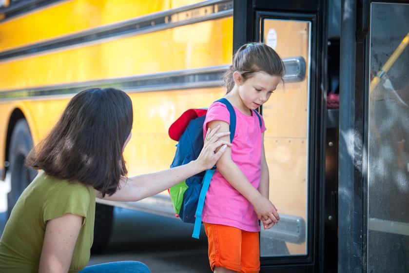 Fél a gyerek, ha emberek közé megy: hogyan segíthet a szülő a pszichológus szerint?