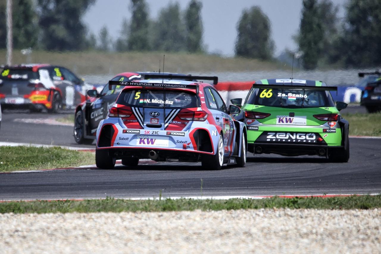 Szokatlan jelenet: Michelisz Norbi excsapatának, a Zengő  Motorsportnak a Cupráját  vezető Szabó Zsoltit üldözi a mezőny végén. Végül mindketten a kiállás mellett döntöttek, tartalékolva a szombati második versenyre