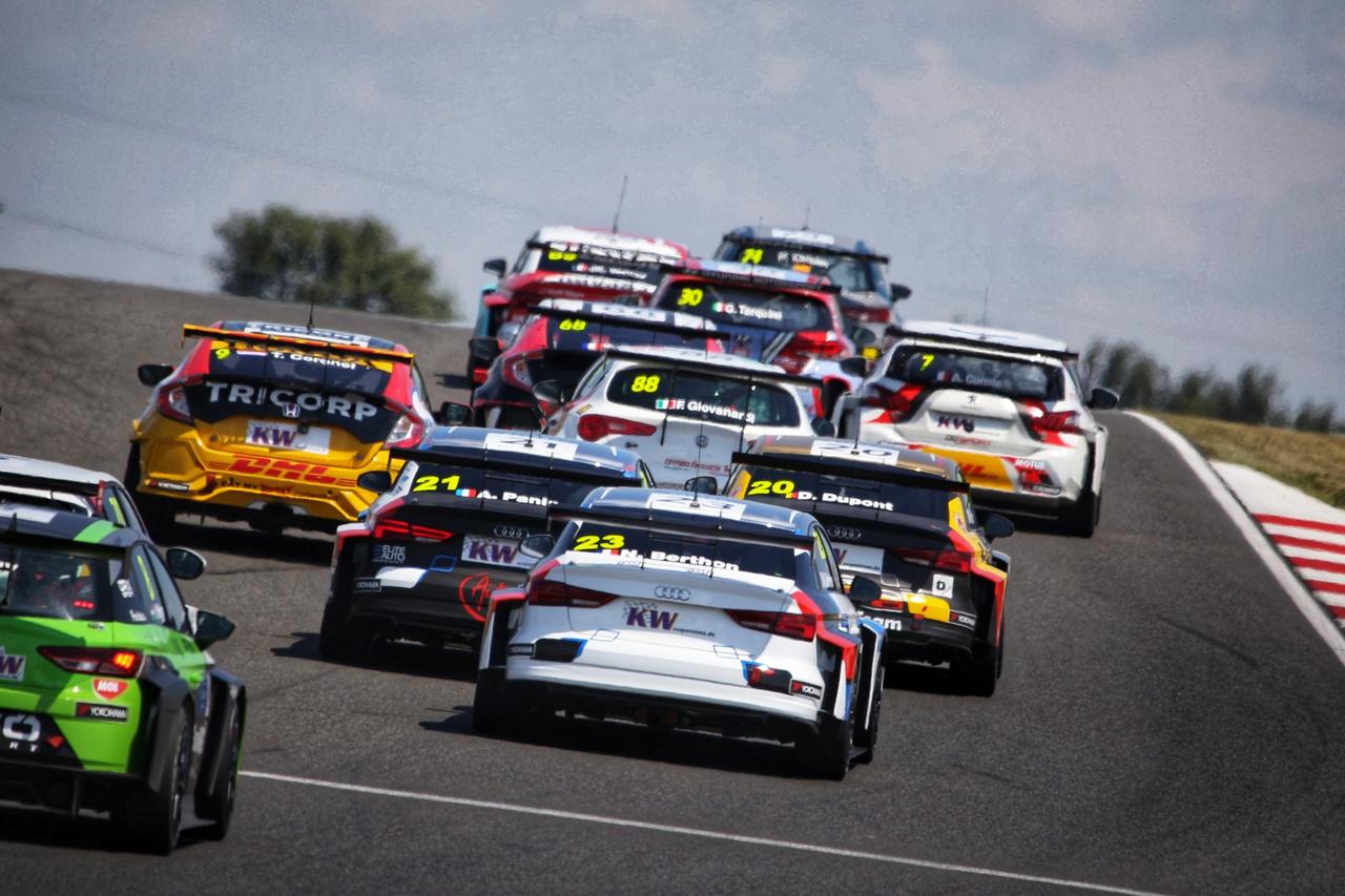 Vervisch Audija rossz helyen állt meg, így a safety car után újraindult a verseny, hatalmas helyezkedéssel, tülekedéssel próbált mindenki hasznot húzni az égből kapott lehetőségből
