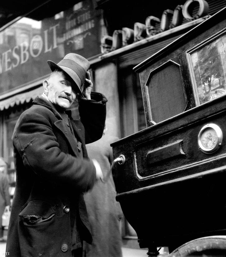 1957. február 19-én Budapesten készített felvétele egy váci utcai verklisről