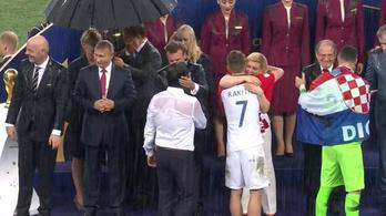 Szakadt az eső, de csak Putyin kapott esernyőt