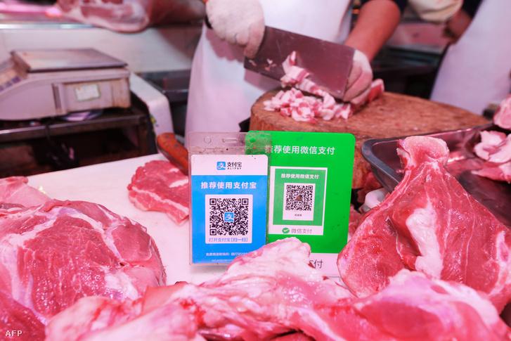 Alipay és Wechat QR-kódok egy kínai hentesnél