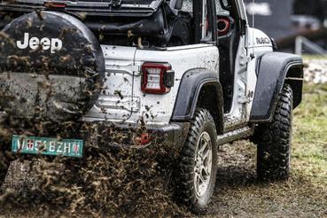 Szerencsére slaggal mosható az új Jeep Wrangler – belseje is