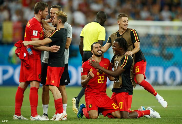 Jan Vertonghe, Dries Mertens, Nacer Chadli, Dedryck Boyata és Thorgan Hazard, a belga csapat tagjai ünnepelnek a japánok ellen játszott meccs után
