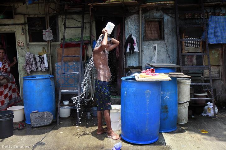 Hőségtől szenvedő idniai fiú Mumbaiban