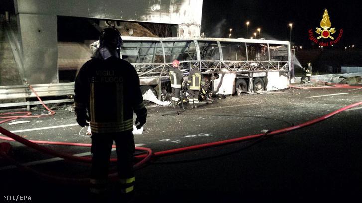 A diákokat szállító kiégett busz a veronai autópályán 2017. január 21-én