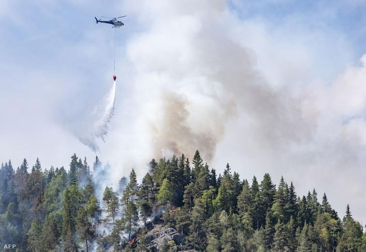 Helikopterről igyekeznek megfékezni a lángokat Norvégia déli részén
