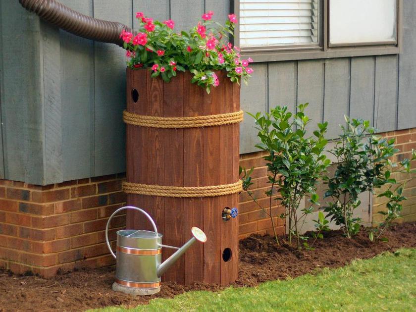 A deszkával bevont hordó jól mutat az udvarban, ha pedig virágot is teszel rá, pompás dekoráció válik belőle.