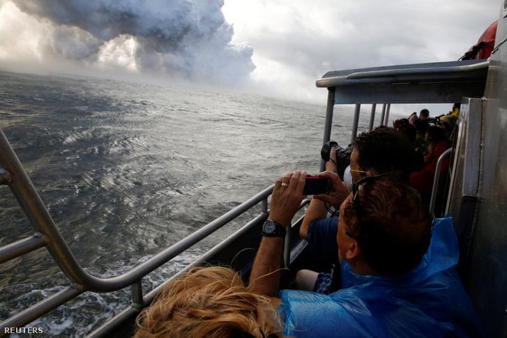 Turistahajó a Csendes-óceánon, a Kapoho-térségben, Pahoától keletre