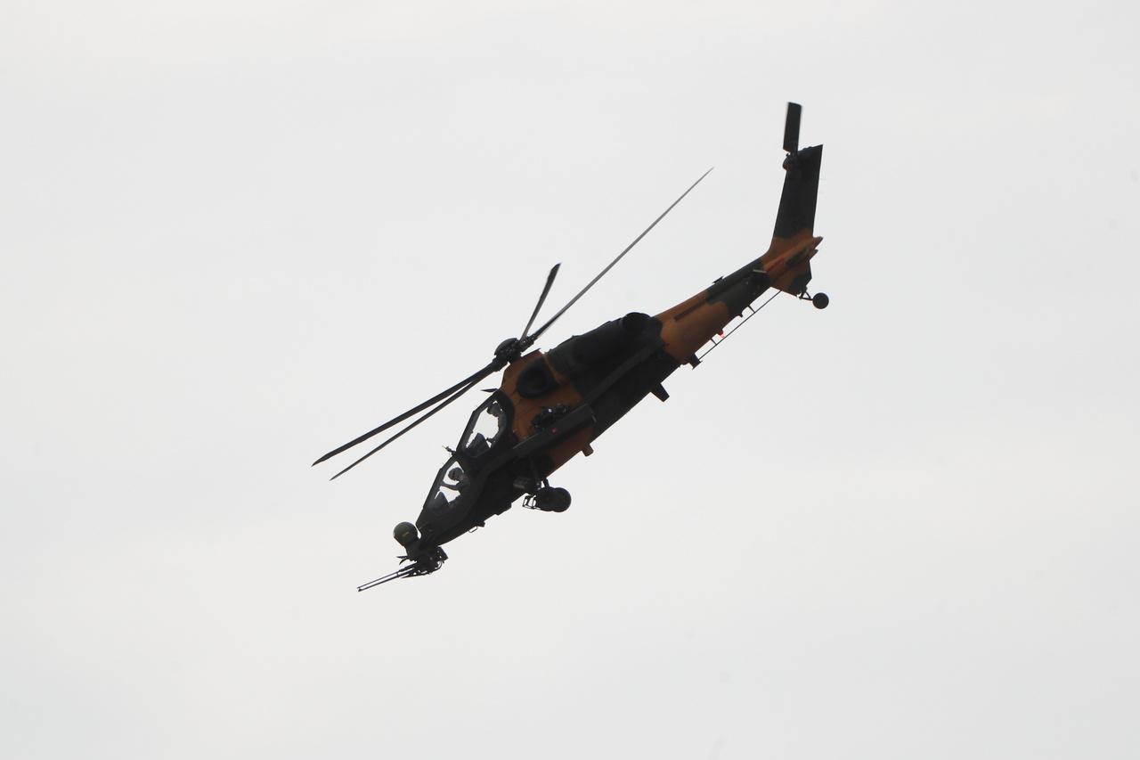 Egy T129 ATAK katonai helikopter bemutatója. A támadó célokra fejlesztett török gépet a Turkish Aerospace Industries (TAI) gyártja.