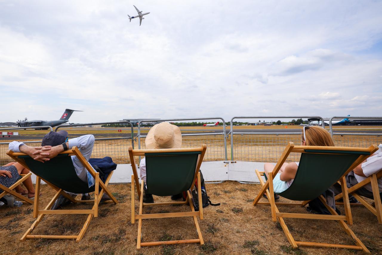 Így kell légibemutatókon a műsort élvezni.