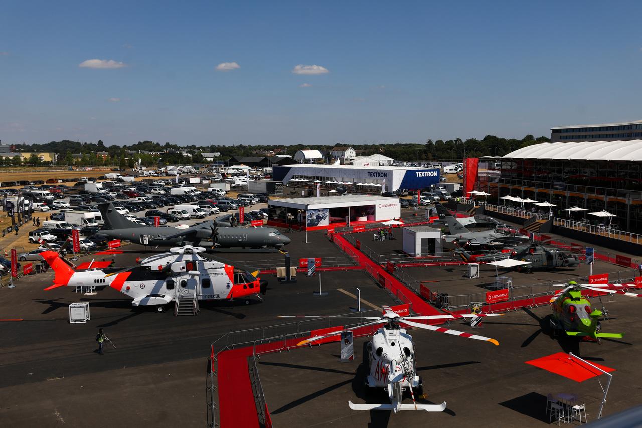 Katonai és mentőhelikopterek választéka a Leonardo SpA standján.