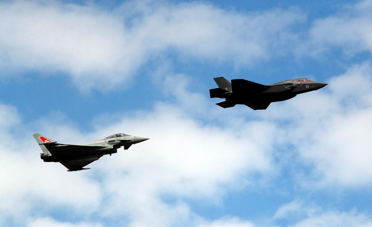 Egy Typhoon és egy F-35 páros repülése.