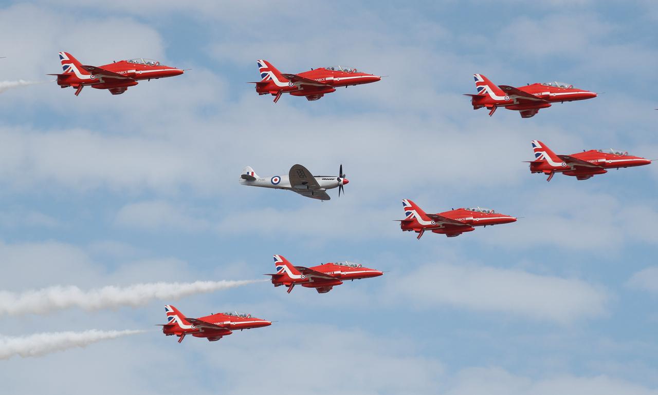 Brit büszkeség: a II. világháború ikonikus Spitfire vadászgépét veszi körül a Red Arrows formációja.