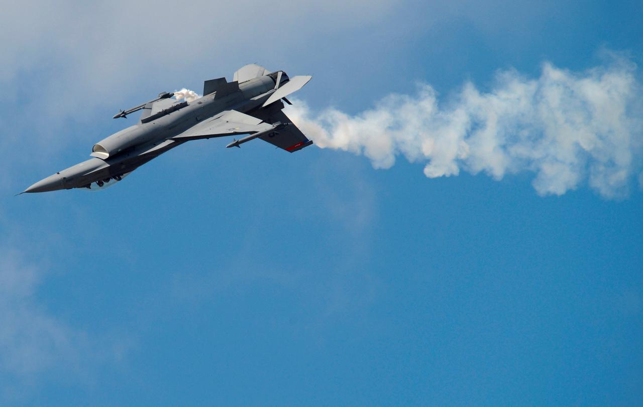 Egy Lockhead Martin F-16 Fighting Falcon vadászrepülőgép mutatja mit tud.
