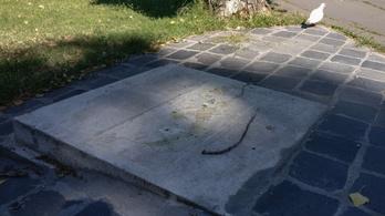 Annyira megrongálták az óbudai örmény emlékművet, hogy el is kellett vinni