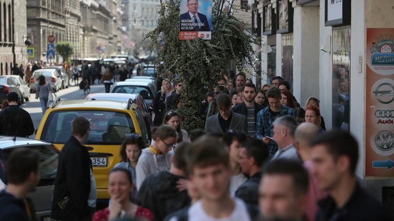 Drasztikus eszközzel szüntetné meg a Fidesz a hosszú választási sorokat