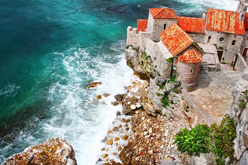 Budva hangulata tökéletesen egyedi, köszönhetően annak, hogy rengeteg kultúra találkozik a területén. A Balkán szívében fekvő kis város sokáig az Osztrák-Magyar Monarchia része volt, de állt itt görög kolónia, római település, és tartozott Bizánchoz is.