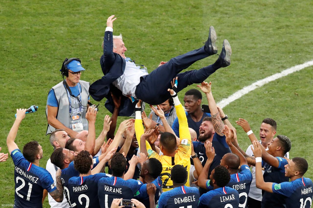 """""""A foci egy sport, ahol 22 ember kergeti a labdát, és a végén nem mindig a németek nyernek. Ez a mondás járt a fejemben a döntő napján. Nincs annál hálásabb feladat, mint fiatal francia fotósként megörökíteni a világbajnoki győzelmet. A tribünről dolgoztam, miután lefújták a mérkőzést, és kivártam, míg a csapat a mi sarkunkban is ünnepelni kezd. A válogatott edzője, Didier Deschamps is váratlanul képbe került, a játékosok pont előttem kapták fel, és kezdték dobálni a levegőbe. Húsz éve Didier még csapatkapitányként emelhette fel a vb-trófeát, ma pedig edzőként ünnepel. Szép háttér, ami keretezi ezt a képet is."""""""