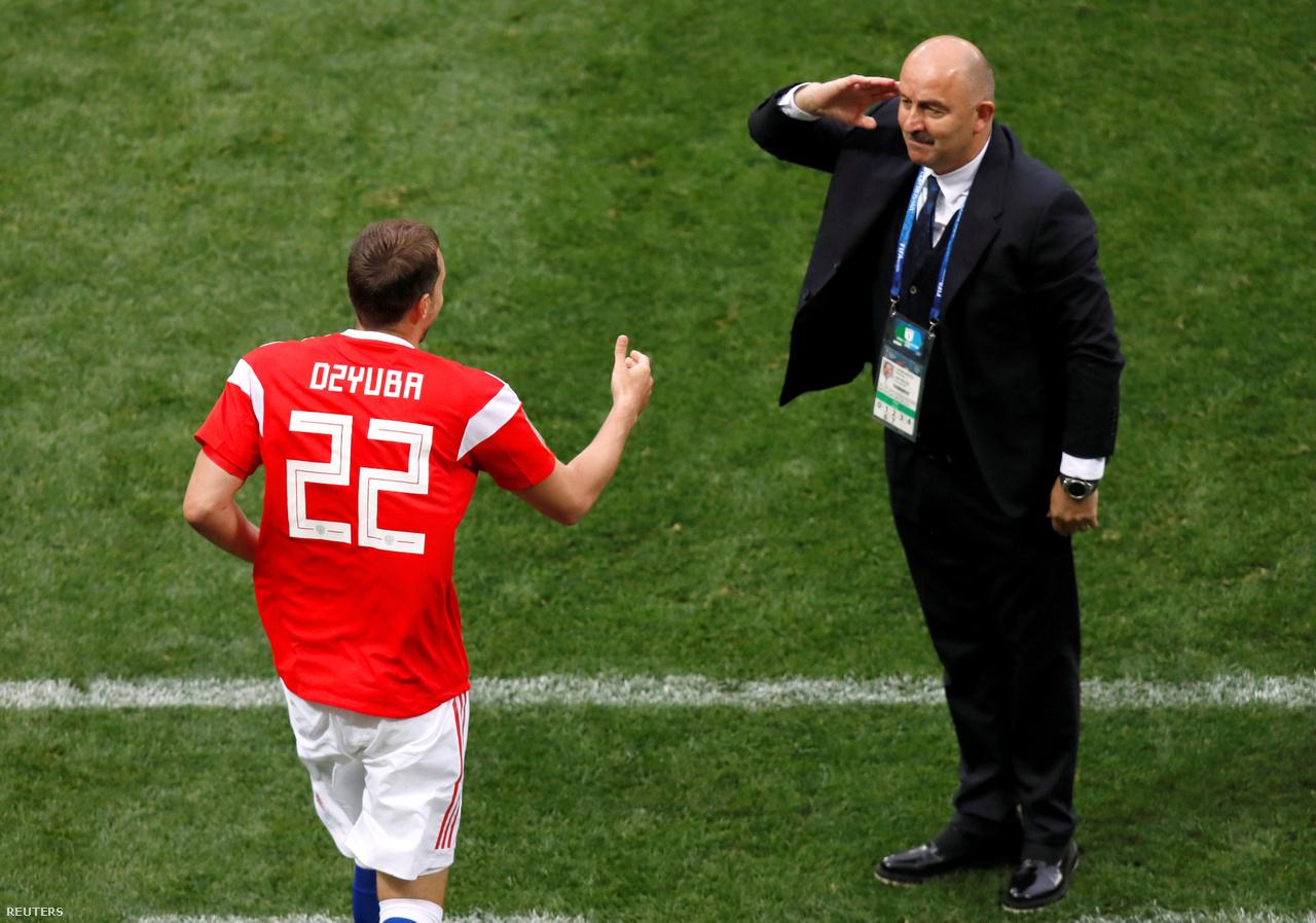 """""""Sztanyiszlav Csercseszov szalutál játékosának az oroszok második gólja után a Szaúd-Arábia elleni nyitómeccsen. A mérkőzés előtt kevesen hittek az orosz csapatban. Hónapokig sorra bukták az edzőmeccseket, hét hónapja nem nyertek mérkőzést, csak kevesen gondolták, hogy a házigazda bármilyen sikert elérhet a vb-n. Dzjuba rögtön gólt lőtt, amint beállították a kispadról a második félidőben. Járt is neki a tiszteletadás."""""""