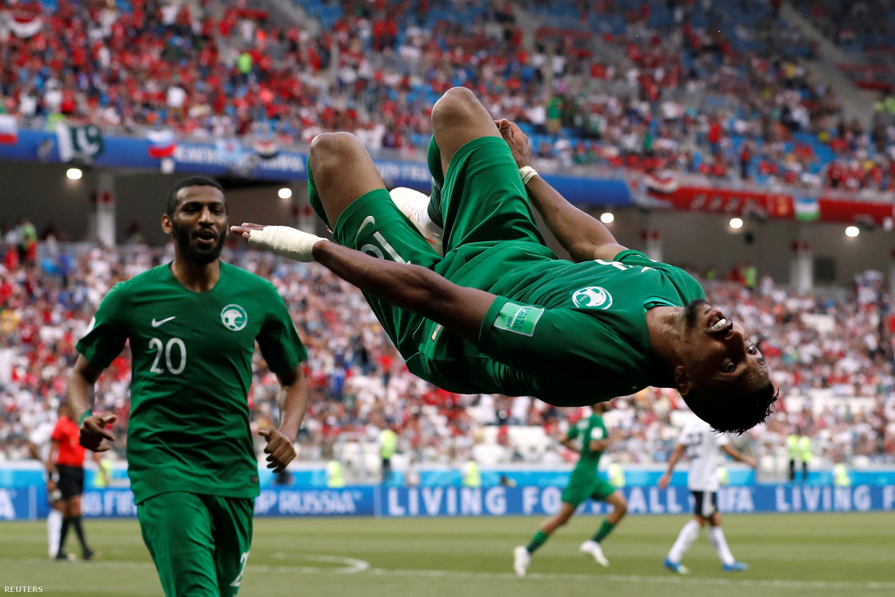 """""""A pálya sarkánál álltam egy közepesen tét nélküli meccsen (Egyiptom–Szaúd-Arábia), és nem is történt semmi izgalmas a szaúdiak góljáig. Akkor viszont megtörtént minden sportfotós álma: a gólszerző játékos felém kezdett el rohanni ünneplés közben. Nálam pont jó kamera volt a szituációhoz, és tökéletes helyen álltam, amikor a játékos szaltózott egyet előttem. Lehet, hogy nem a döntő mérkőzés volt, és nem is egy sztárt kaptam el, de ez a pillanat így is egészen különleges."""""""