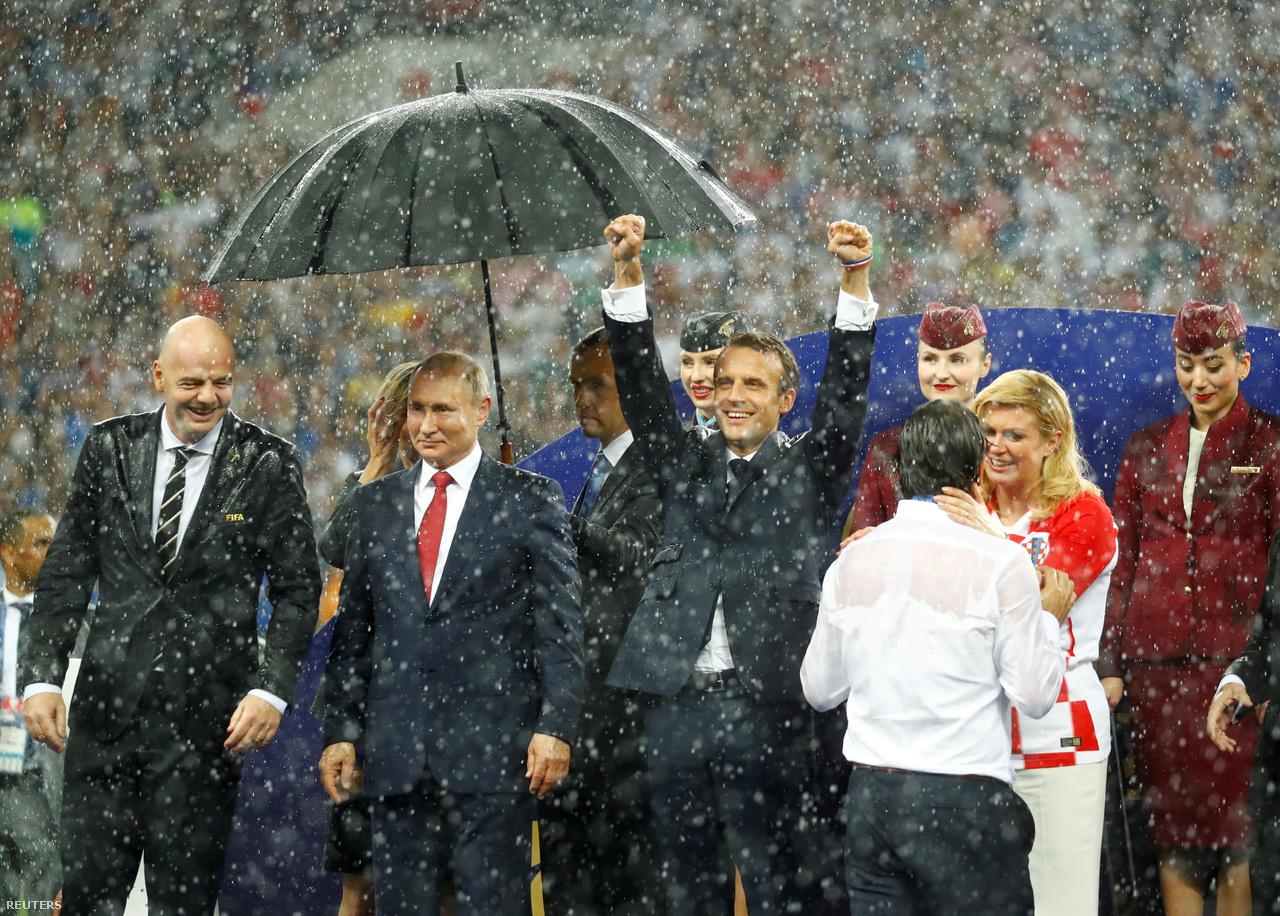 """Putyin, az érinthetetlen. """"A vb az akcióról és az érzelmekről szól a pályán. A döntőben mindkettőből bőven jutott, nekem viszont ez a pillanat fog megmaradni. A leintés után rögtön eleredt az eső, mintha csak az eredményre várt volna az időjárás. Egy segítő esernyőt tartott Putyin feje fölé, miközben úgy tűnt, a körülötte álló többi vezető – Emmanuel Macron francia elnök és Kolinda Grabar-Kitarović horvát államfő, valamint a FIFA elnöke, Gianni Infantino – élvezi, hogy bőrig ázhat."""""""