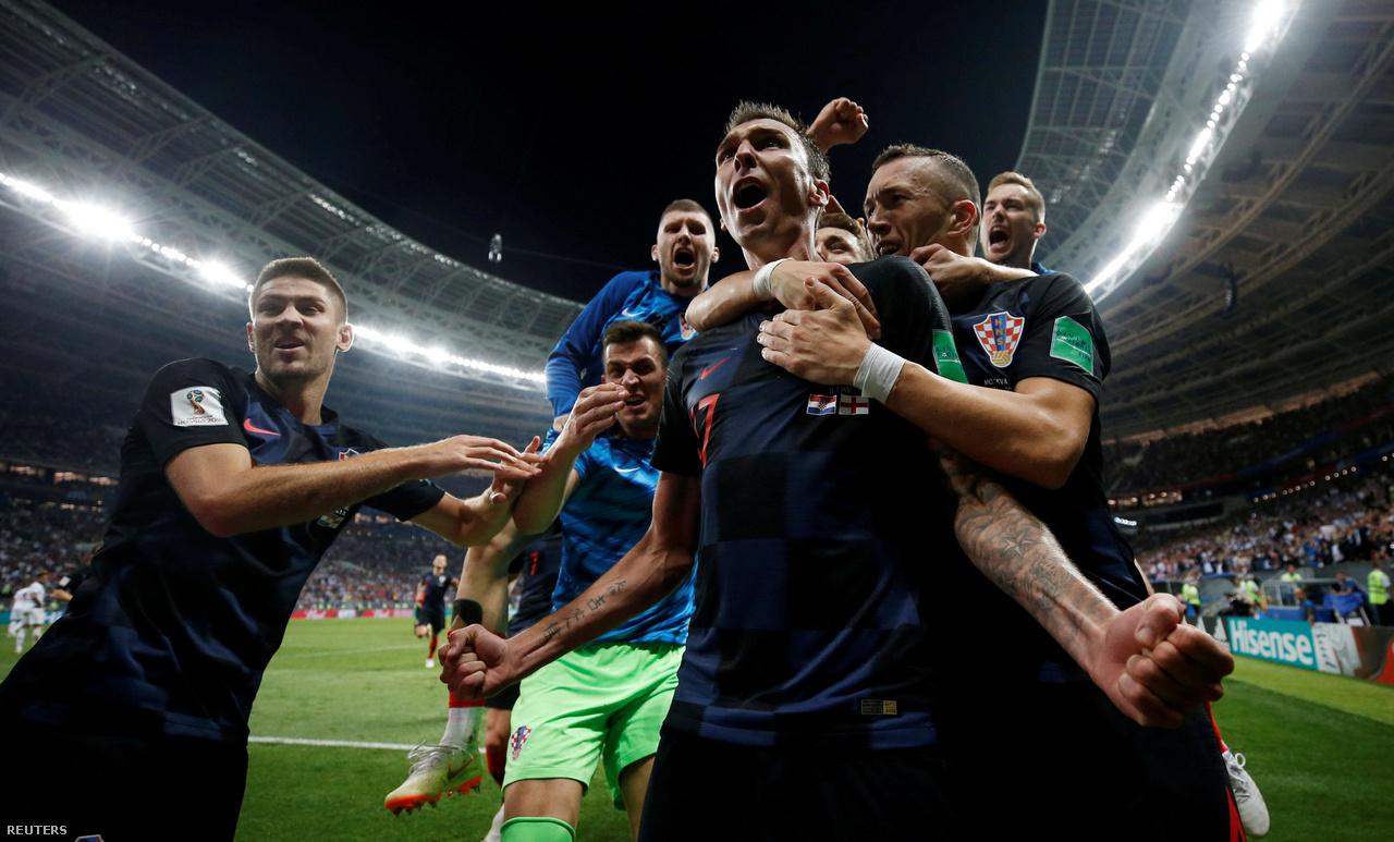"""""""Ez a kép akkor készült, amikor az ünneplő horvát játékosok letarolták a mellettem álló AFP-hírügynökség fotósát, Yuri Cortezt. Az ő képei, amiket a ráboruló és fölé tornyosuló játékosokról készített, pillanatok alatt bejárták a világot. De, azért én is csináltam pár képet az ünneplőkről. Sosem fogom elfelejteni."""""""