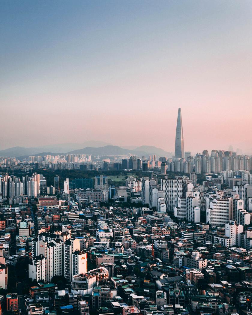 Az ébredező város messziről úgy néz ki, mint bármelyik metropolisz.