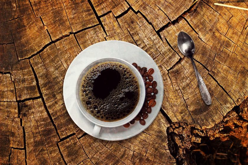 Egy kutatás szerint a kávé fokozza a gyomor és a vékonybél G-sejtjei által termelt hormon, a gasztrin szintjét, ami puffadáshoz vezet. A kávé továbbá - különösen éhgyomorra - súlyosbíthatja a már meglévő bélbetegségek tüneteit is.
