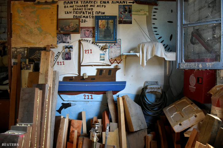 Vasilios Kefala halász irodája egy hagyományos kikötővárosban, Stavrosban