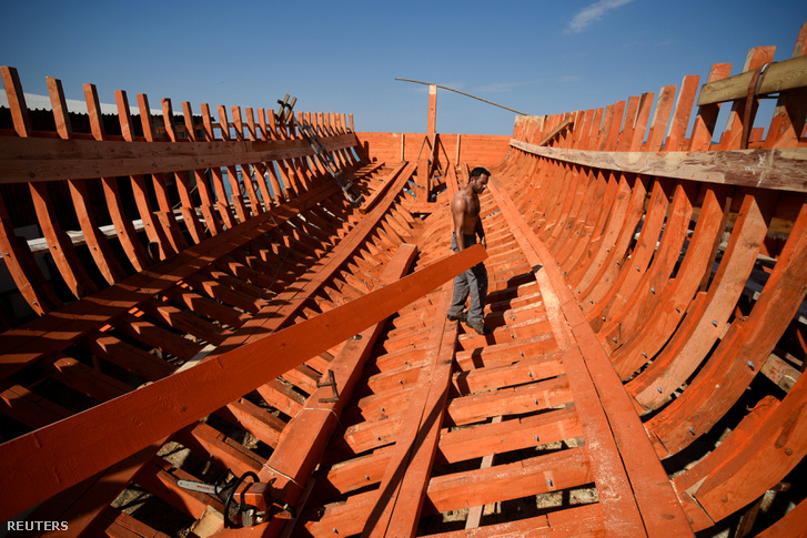 Dimitris Ioannou épp turistahajóvá alakít egy korábbi halászhajót Ierissosban