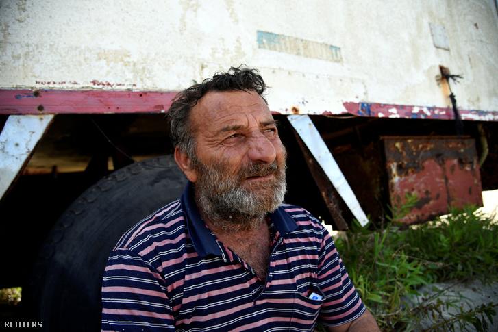 Ioannis Loukakis immáron darabokban lévő hajója mellett