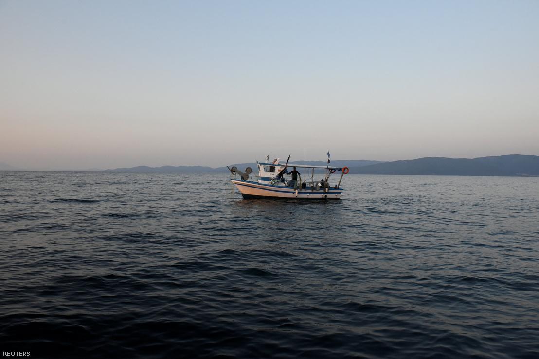 Egy halászhajó Asprovalta partjainál hajózik