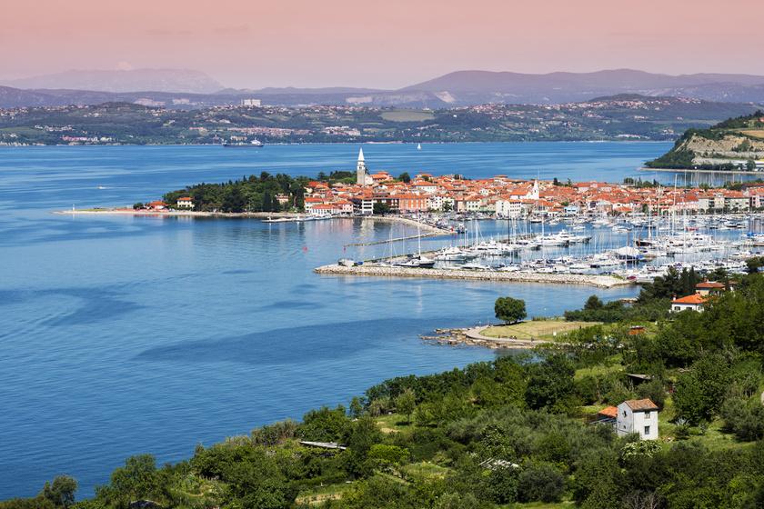 Izola városa egy apró halászfaluból fejlődött a ma látható, romantikus hangulatú városkává. Mióta termálforrást fedeztek fel a területén, népszerű nyaralóhely lett.