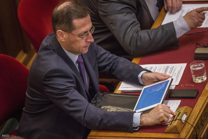 Varga Mihály pénzügyminiszter szavaz az Országgyűlés plenáris ülésén 2018. július 17-én