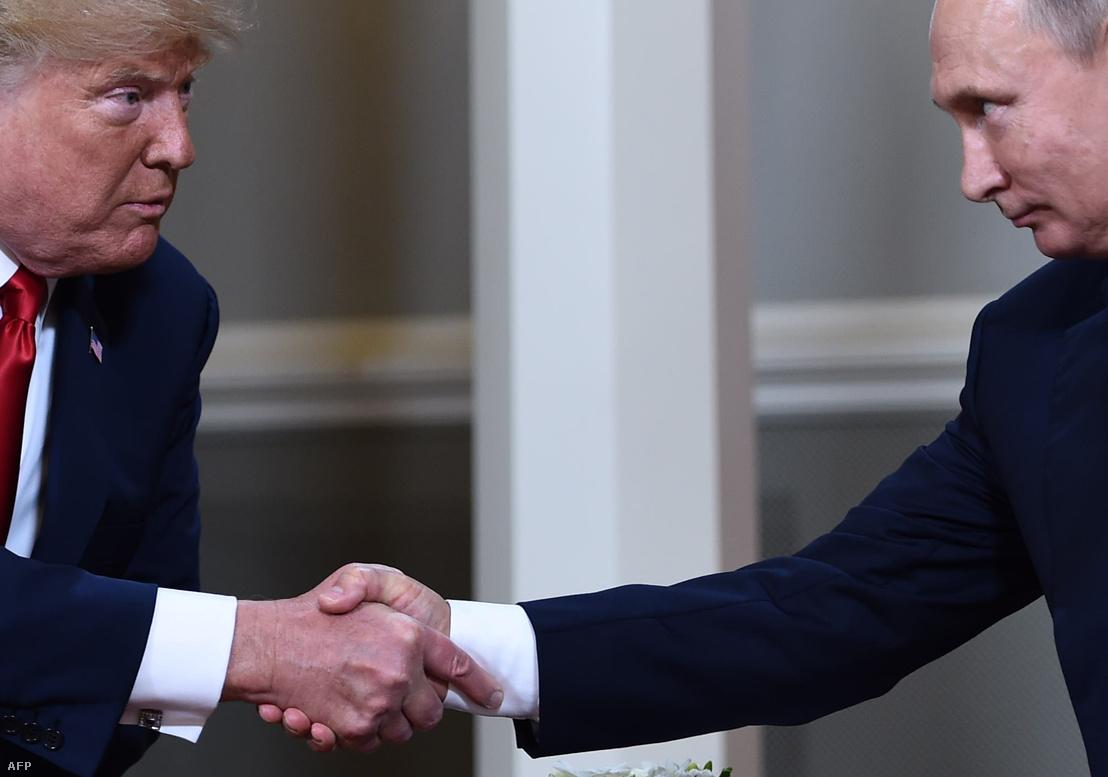 Trump és Putyin kezet fognak négyszemközti megbeszélésük elején, 2018. július 16-én, Helsinkiben
