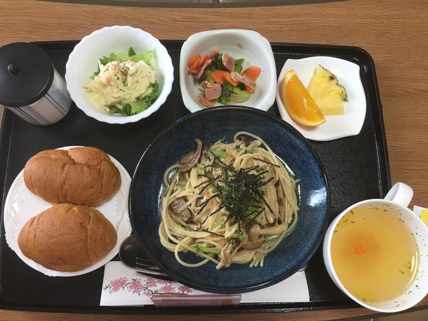 A tokiói kórházban gombás tészta, krumplisaláta, brokkolis-baconös saláta, kenyér, némi gyümölcs és zöld tea volt az egyik ebéd.